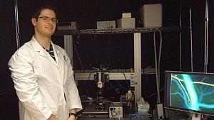 Hart Levy demonstrates brain imaging system (Erin Vollick, University of Toronto)