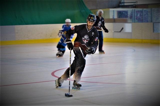 Comment choisir ses roues de roller hockey - Joueur de roller hockey en intérieur - Photo de F de Bernis