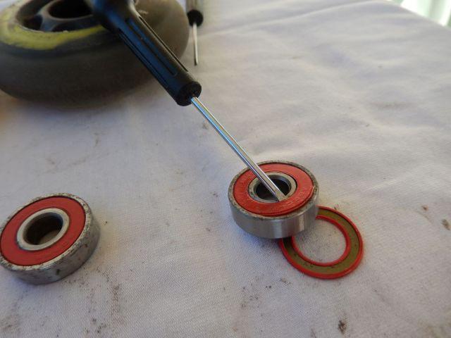 Comment nettoyer ses roulements de patins de roller hockey - Retrait des rondelles latérales