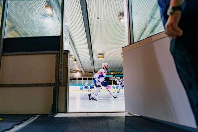 Entrée de la patinoire avant un entrainement de hockey - Photo de Claudio Schwarz via Unsplash