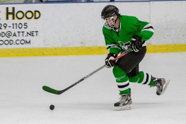 Joueur de hockey cherchant à contrôler une rondelle sur la tranche - Photo par Gerhard Crous via Unsplash