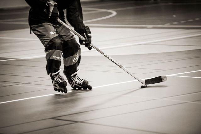 Joueur de roller-hockey - Patins et palet