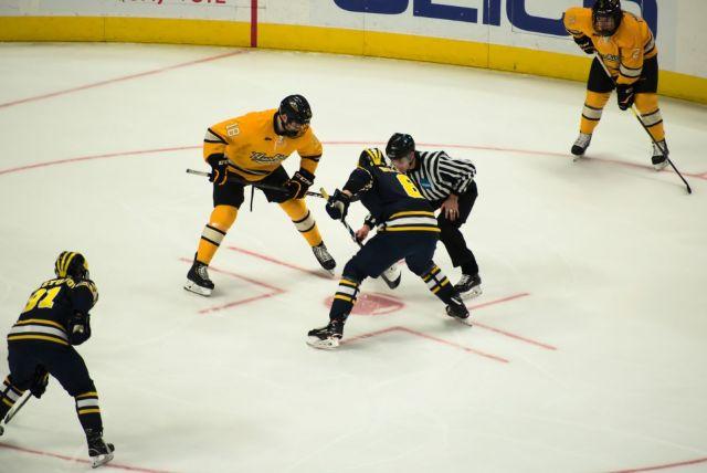 Joueurs-de-hockey-lors-dune-mise-en-jeu-Photo-de-Lynda-Sanchez-via-unsplash