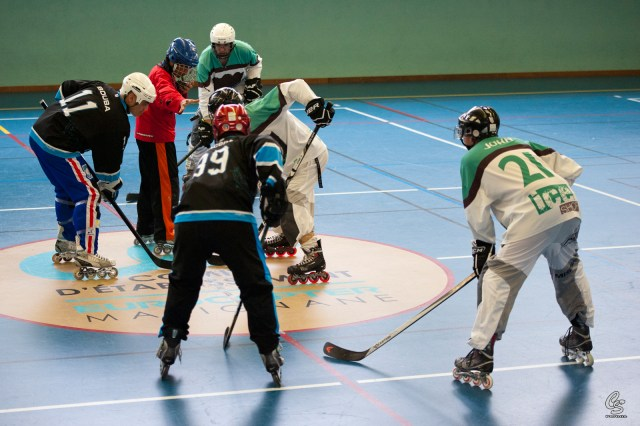 Joueurs-de-roller-hockey-lors-dun-face-off-Photo-par-Serge-Cuvillier