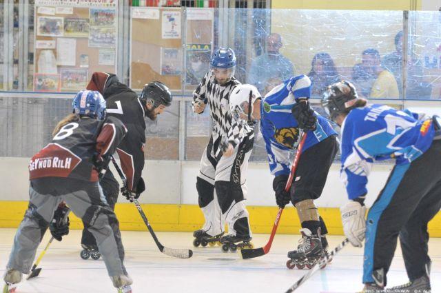 Joueurs-de-roller-hockey-lors-dune-mise-en-jeu-Photo-par-F.-de-Bernis