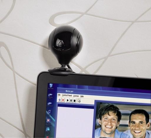 W wielu modelach soczewkę kamery można zamknąć klapką