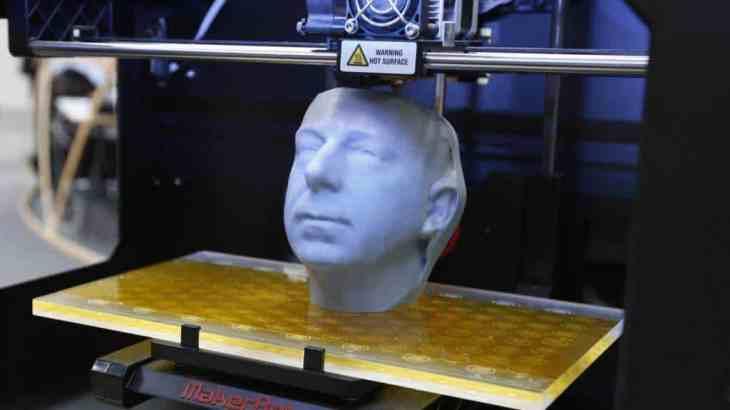 3D Printers Creates 3D Object