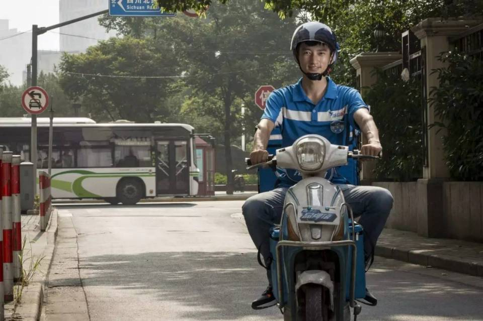 Ele.me's deliveryman (Source: hexiu.2344.com)