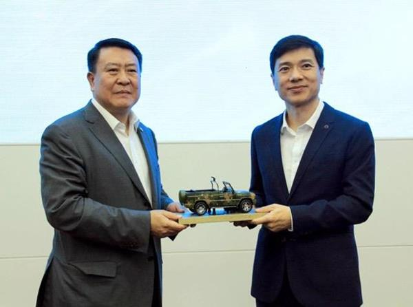 Baidu Chairman and CEO Robin Li (right) and BAIC Group Chairman Xu Heyi at strategic partnership agreement signing ceremony (Image Credit: Baidu)