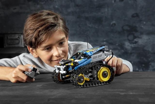 42095 LEGO Technic Remote-Controlled Stunt Racer – твои первые покатушки на гусеницах