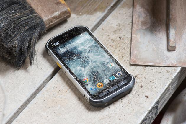 करिब २ मिटरबाट झर्दा पनि नफुट्ने स्मार्टफोन 'क्याट एस ४०'