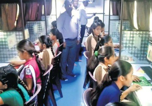 सरकारी विद्यार्थीहरुलाई पढाउन भारतमा बनाईयो मोबाइल कम्प्यूटर ल्याब, २१ वटा कम्प्यूटर जडान