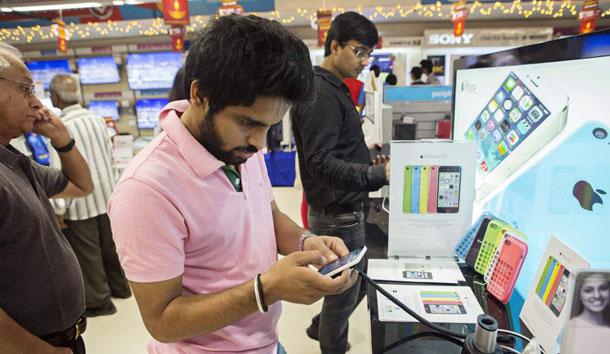 भारतमा मोबाइल फोनमा लाग्ने कर १८ प्रतिशत पुग्यो, नेपाली बजारमा मोबाइलको मूल्य के होला ?