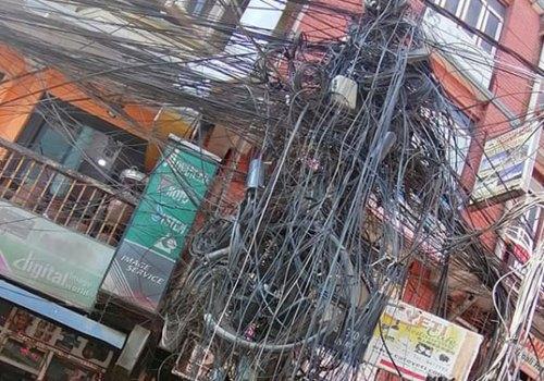 नेटवर्क सेवा प्रदायकले नेटवर्क सेवा नदिँदा आइएसपीहरुलाई समस्या, शहरभरी तारको कुरुपता
