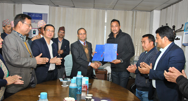 नेपाल टेलिकमको ब्रान्ड एम्बेसडरमा क्रिकेट खेलाडी पारस खड्का, एक वर्षभरी ब्रान्ड प्रबर्द्धन गर्ने