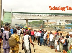 cross-section-of-pedestrants-line-up-to-make-use-of-bridge-at-ojota-lagos-2