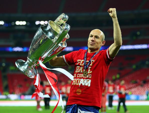 Arjen Robben with the Champions League trophy