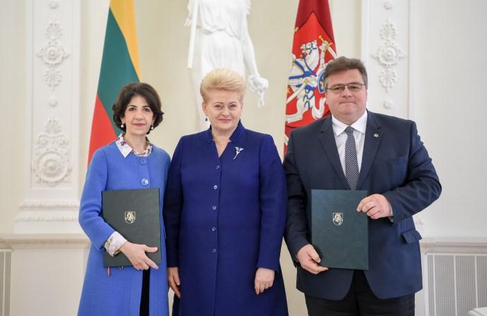 Prezidentė dalyvauja Lietuvos ir Europos branduolinių tyrimų organizacijos (CERN) sutarties pasirašymo ceremonijoje / Lietuvos Respublikos Prezidento kanceliarijos nuotraukos/ Robertas Dačkus