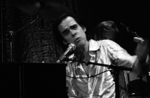 https://upload.wikimedia.org/wikipedia/commons/f/f5/Nick_Cave_and_the_bad_seeds_live_%40_Paladozza_%2811174862314%29.jpg