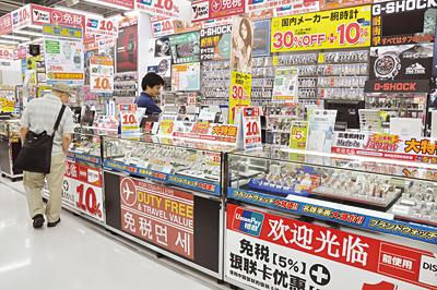 日本政府與執政黨為刺激外國觀光客買氣,有意放寬現行免稅措施,不限品項合計買滿5000日圓就能免稅。