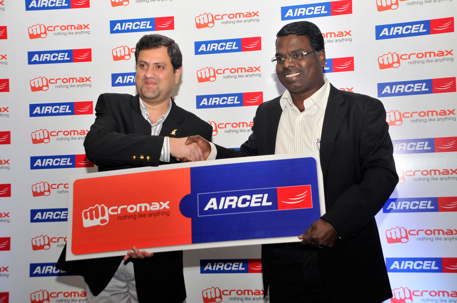 Khaja Muzaffarullah, National Sales Head, Micromax and Kadhiravan K, Circle Business Head Aircel, Karnataka at the announcement of strategic partnership in Bangalore.