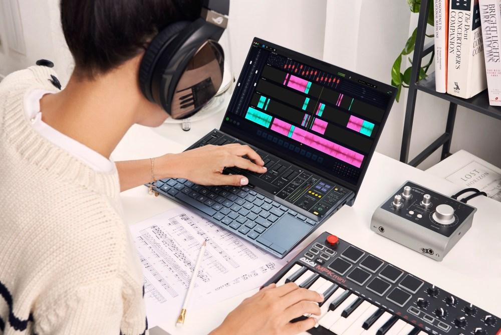 ASUS ZenBook Duo讓使用者可將應用程式從主螢幕延伸或釘選至 ScreenPad Plus中,輕鬆同步處理複雜的影音、繪圖作業。.jpg