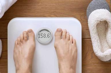 Fitbit-Aria-Scales-white-feet