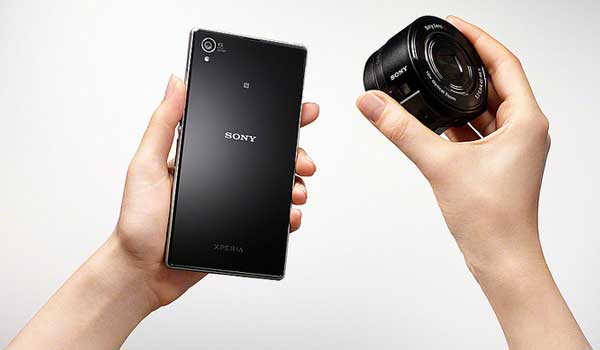 Sony QX lens camera and smartphone