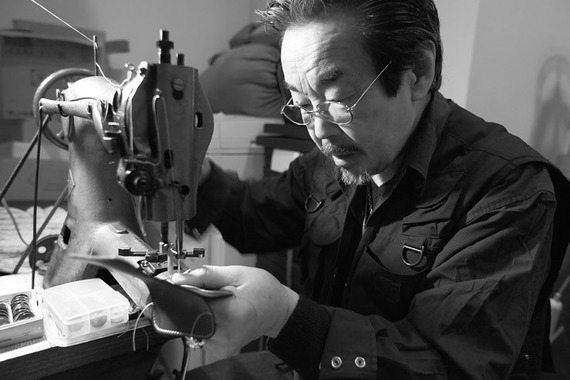 六本木在住の職人が彫る革製Macbook Airケースを見てきた【本田】