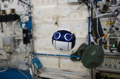 JAXA独自開発ドローン「Int-Ball」が国際宇宙ステーション「きぼう」内を浮遊中