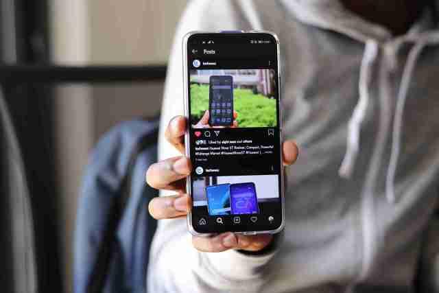 Huawei Nova 5T dark mode on Instagram EMUI 10