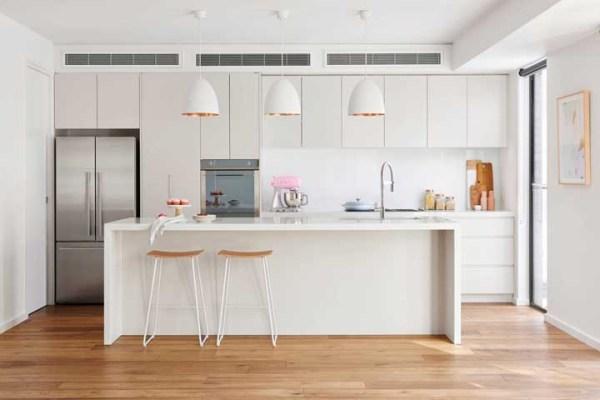 Cozinha simples e linda decoração.