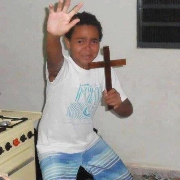 Foto engraçada menino com uma cruz