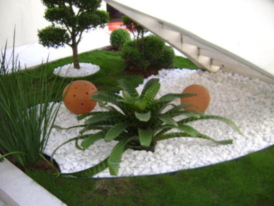 jardim com pedras brancas