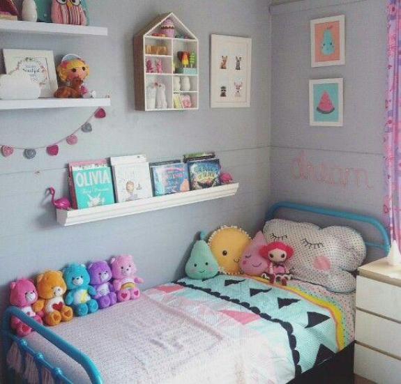 Decoração simples de quarto de menina infantil.