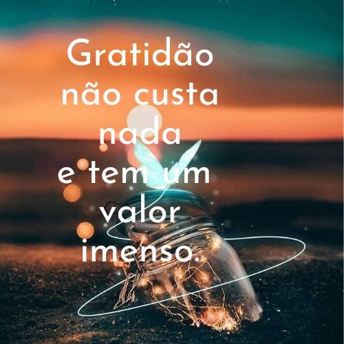 Imagem com luzes e frase cheio de gratidão para louvar e agradecer a Deus