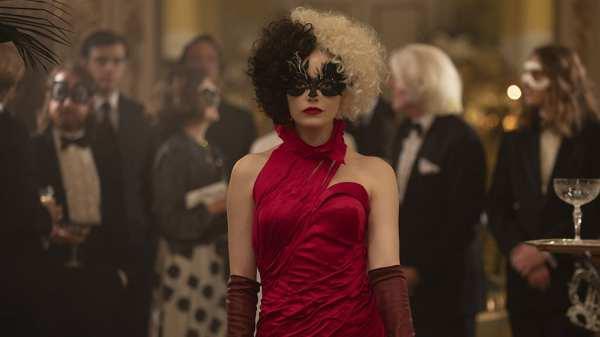 Emma Stone interpretando a vilã Cruella