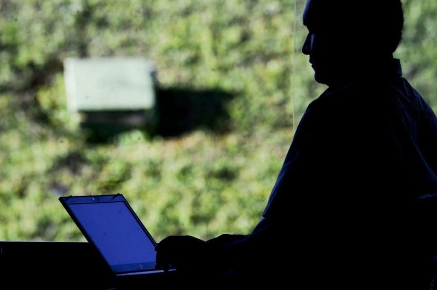 BIE - Banco de imagens externas - Computador portátil com acesso à internet. Banda larga é o nome dado a várias modalidades de conexão à internet (satélite, fibra ótica, rádio) que operam com maior velocidade e maior capacidade de carregamento de dados. As conexões de banda larga são as mais adequadas para que os usuários acessem serviços virtuais como videoconferências, streaming de eventos ao vivo ou redes privadas. Estima-se que no Brasil um em cada quatro usuários de internet dispõe de conexão de banda larga fixa. O Programa Nacional de Banda Larga (PNBL), instituído por meio do Decreto 7.175/2010, é uma política gerida pelo Ministério das Comunicações que tem como objetivo fomentar e difundir o uso e o fornecimento de bens e serviços de tecnologias de informação e comunicação. A proposta do PNBL é massificar a oferta de banda larga no país e promover o crescimento da capacidade da infraestrutura de telecomunicações. Foto: Jefferson Rudy/Agência Senado