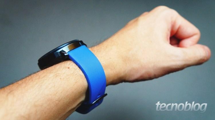 No Brasil, o relógio é vendido com pulseira preta ou azul, como na foto