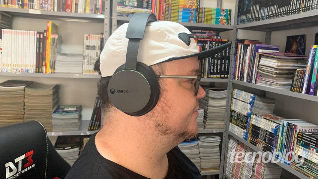 Por aqui o Headset Sem Fio Xbox foi bem confortável (Imagem: Felipe Vinha/Tecnoblog)