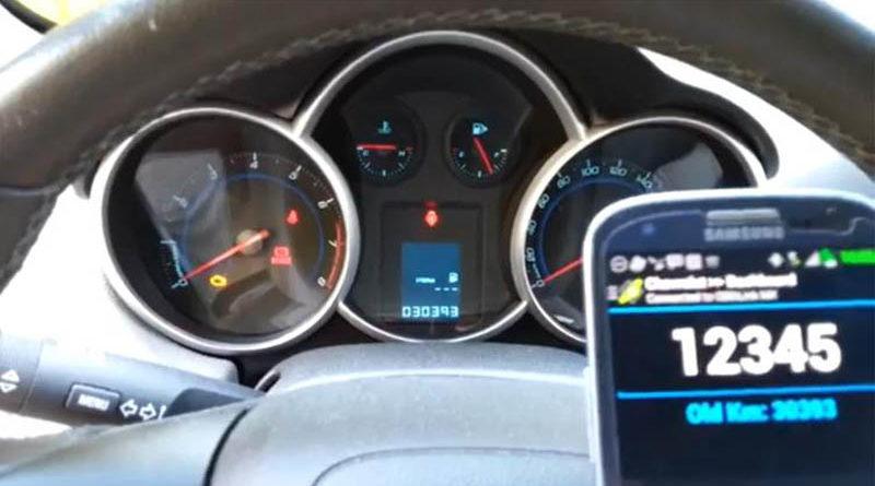 Vídeo mostra aplicativo que altera a quilometragem do carro num instante