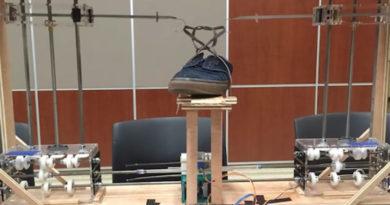 Estudantes constroem robô de US$ 600 que amarra sapatos