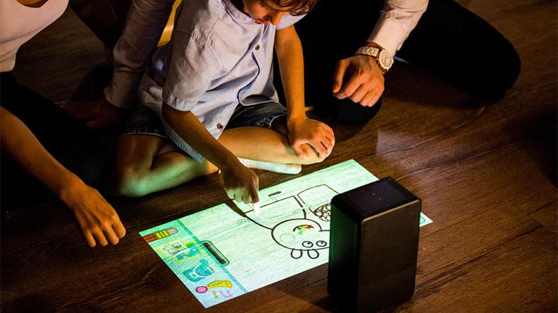 Empresa chinesa lança projetor portátil que transforma qualquer superfície plana em uma tela sensível ao toque