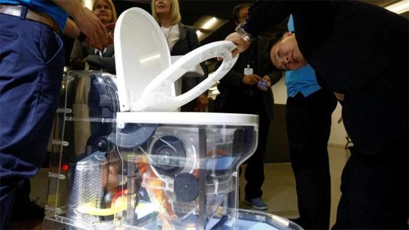 Bill Gates apresenta vaso sanitário futurista que não precisa de água