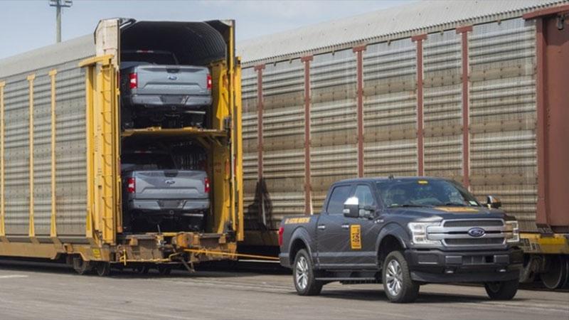 Caminhonete elétrica F-150 da Ford tem força suficiente até pra puxar um trem