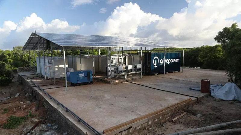 Essa pequena usina da GivePower movido a energia solar pode transformar água salgada em potável