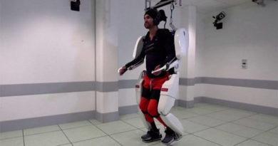 Homem volta a andar novamente com ajuda de exoesqueleto controlado pela mente