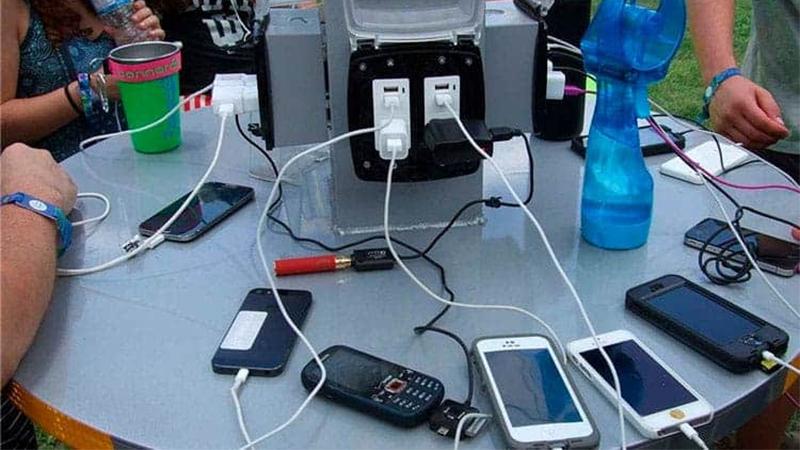 Pense duas vezes antes de conectar seu smartphone a uma estação de carregamento USB Pública