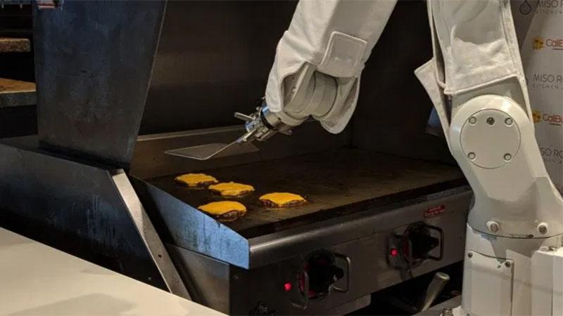 Esse robô consegue fazer 150 hambúrgueres por hora