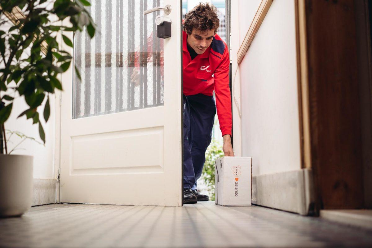 In test la tecnologia smart door per consegnare pacchi e facilitare i ritiri